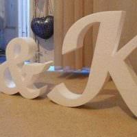 идея применения декоративных букв в стиле гостиной картинка