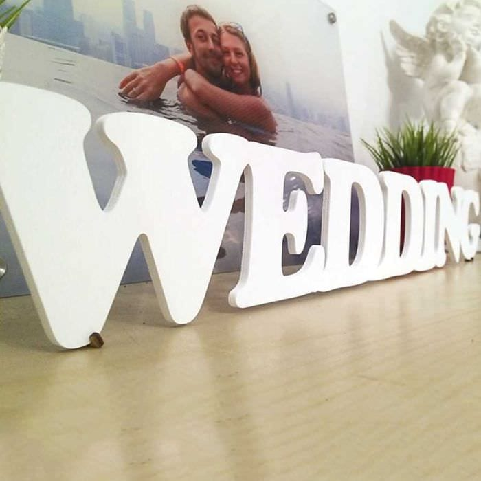 вариант использования декоративных букв в стиле гостиной