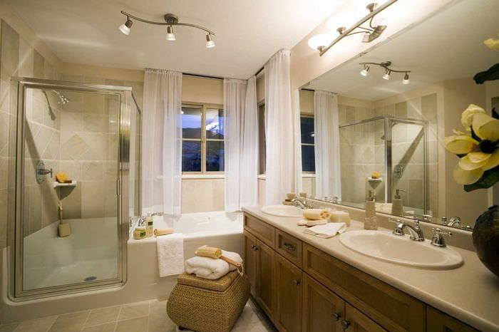 вариант яркого декора ванной в классическом стиле
