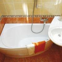 идея яркого интерьера ванной с угловой ванной картинка