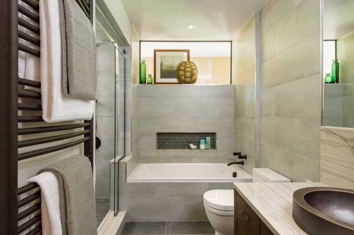 вариант яркого дизайна большой ванной