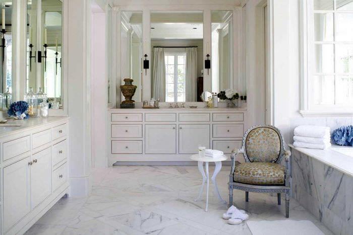 вариант необычного интерьера ванной комнаты в классическом стиле