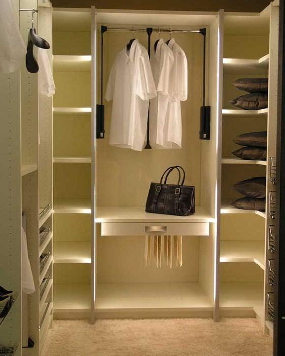 идея современного дизайна гардеробной комнаты