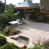 вариант яркого украшения двора частного дома фото