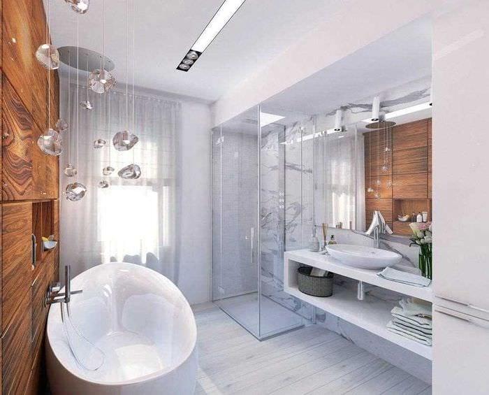 вариант необычного интерьера ванной комнаты с окном