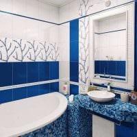 вариант яркого стиля ванной с угловой ванной картинка