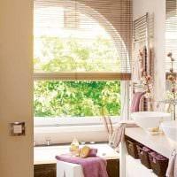 вариант красивого стиля ванной с окном фото