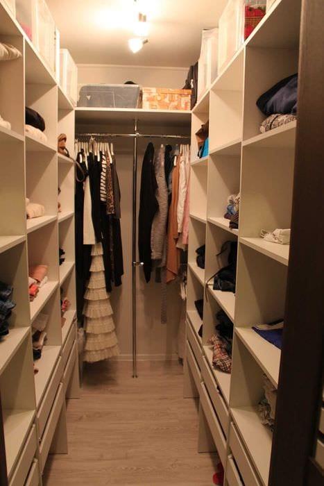 идея яркого интерьера гардеробной