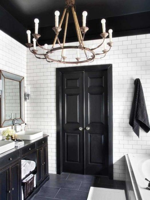 вариант яркого интерьера ванной комнаты в черно-белых тонах