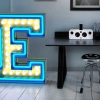 вариант использования декоративных букв в стиле спальни фото