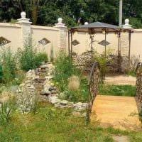 вариант красивого украшения двора частного дома картинка