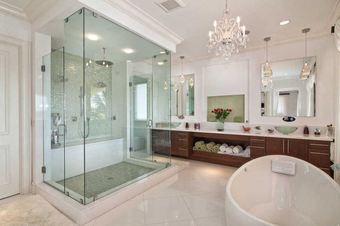 идея яркого стиля большой ванной комнаты