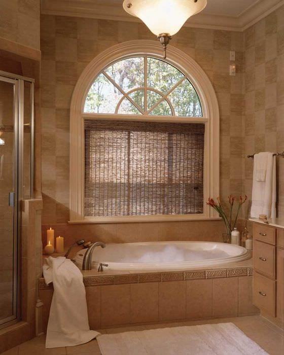 вариант яркого стиля ванной с окном