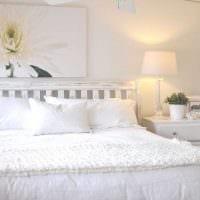 идея необычного интерьера белой спальни фото