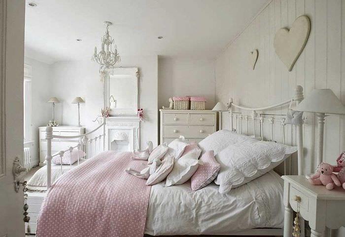 идея необычного дизайна белой спальни