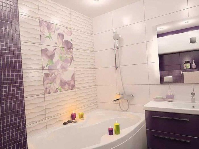 вариант яркого дизайна ванной с угловой ванной