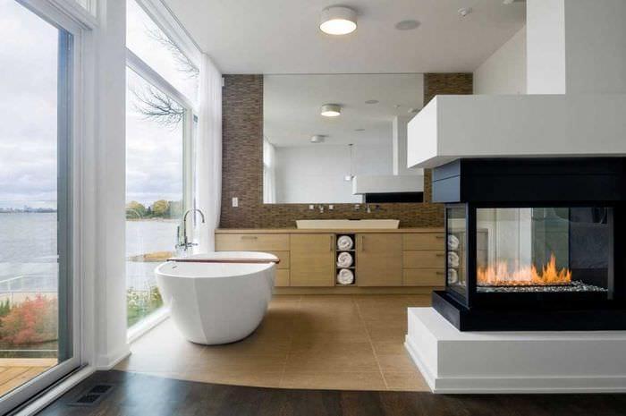 вариант яркого дизайна ванной комнаты с окном