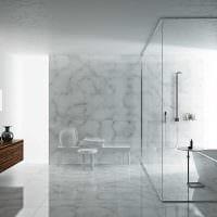 идея необычного стиля ванной с окном картинка