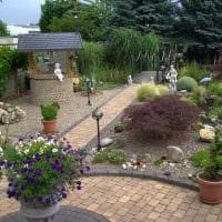 идея яркого украшения двора фото