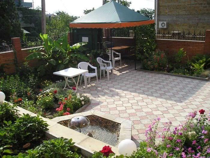 идея яркого дизайна двора
