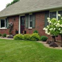 вариант современного декорирования двора частного дома фото