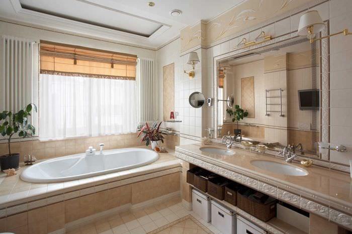 идея красивого стиля ванной комнаты с окном