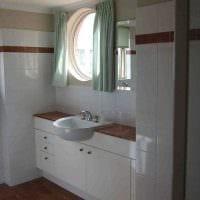 идея красивого интерьера ванной комнаты с окном картинка