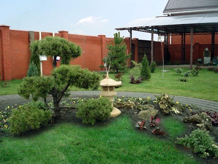 вариант красивого ландшафного дизайна частного двора