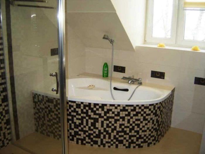 вариант яркого интерьера ванной с угловой ванной