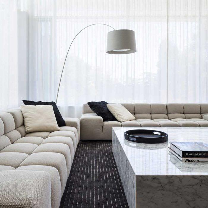 вариант яркого дизайна гостиной комнаты в стиле минимализм