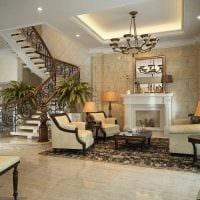 вариант яркого интерьера гостиной с камином фото