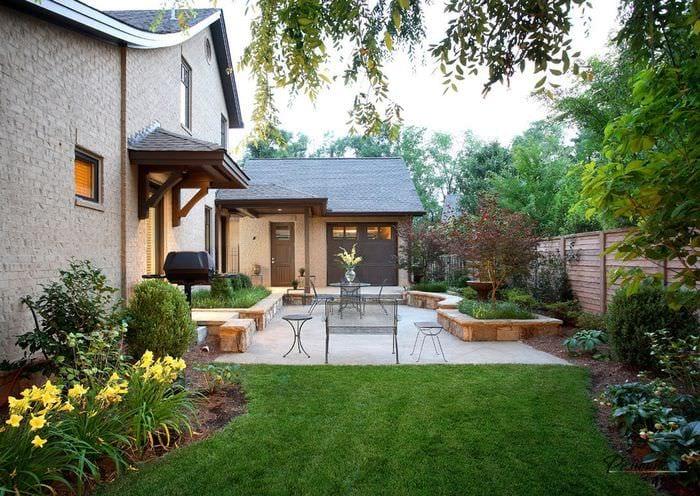 вариант светлого ландшафного дизайна частного двора