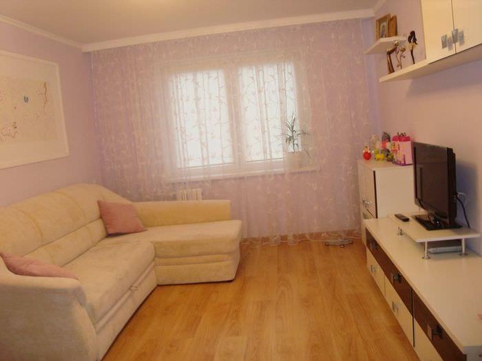 пример яркого дизайна гостиной 16 кв.м