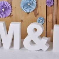 идея использования декоративных букв в стиле спальни картинка