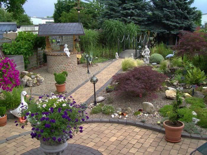 идея яркого декорирования двора