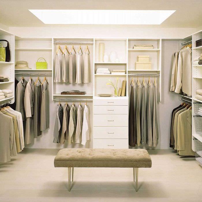 вариант яркого стиля гардеробной комнаты