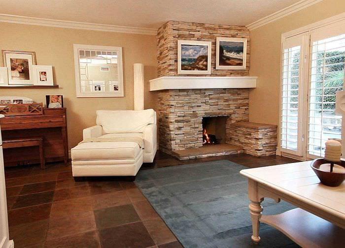 пример необычного дизайна гостиной комнаты с камином
