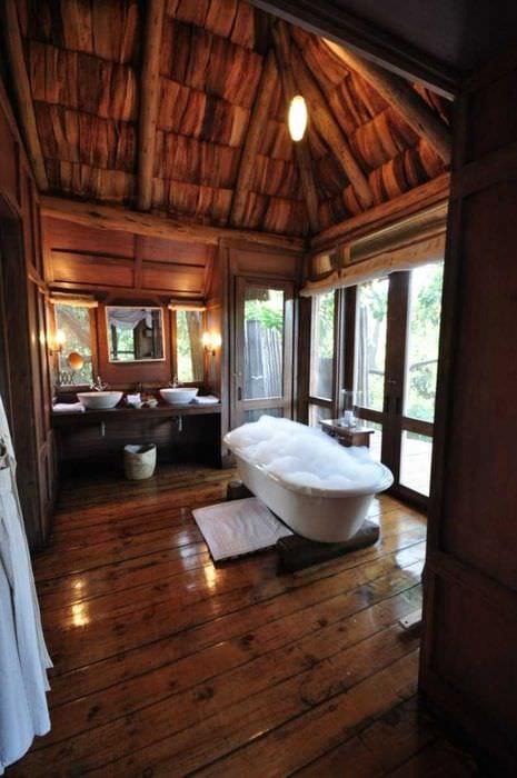 идея яркого стиля ванной комнаты в деревянном доме