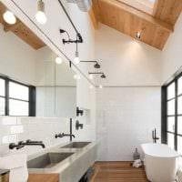 идея необычного стиля ванной с окном фото