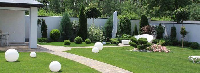 идея яркого ландшафного дизайна частного двора