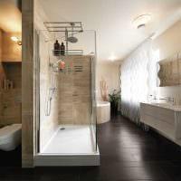 вариант красивого интерьера ванной комнаты с окном картинка