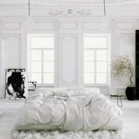 вариант яркого интерьера спальни в белом цвете фото