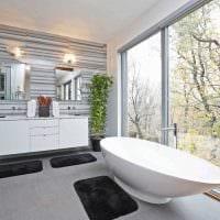 вариант необычного интерьера ванной комнаты с окном фото