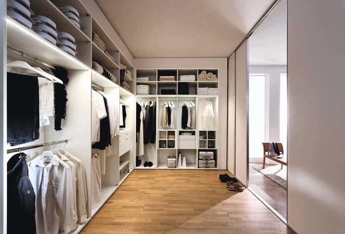 вариант красивого стиля гардеробной комнаты