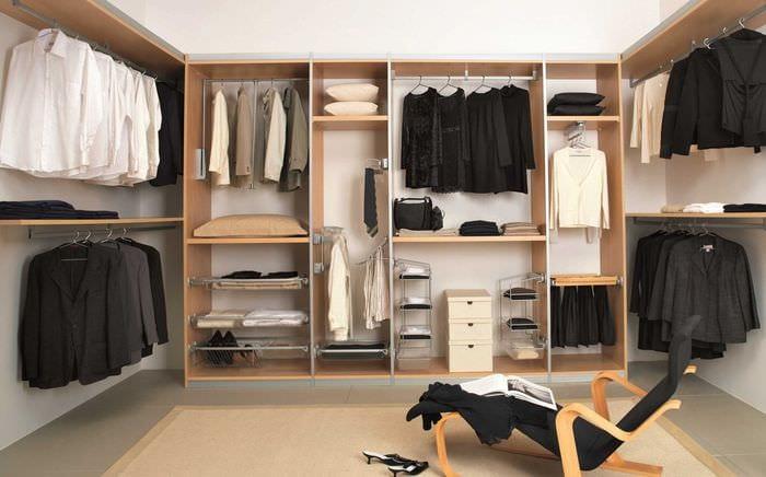 идея яркого дизайна гардеробной