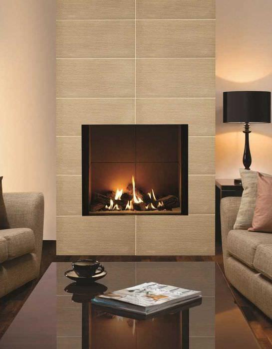пример светлого декора гостиной комнаты с камином