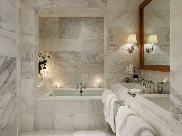 идея яркого интерьера ванной комнаты в классическом стиле