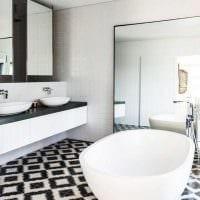 вариант яркого интерьера ванной комнаты в черно-белых тонах фото
