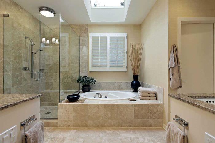 вариант яркого интерьера большой ванной