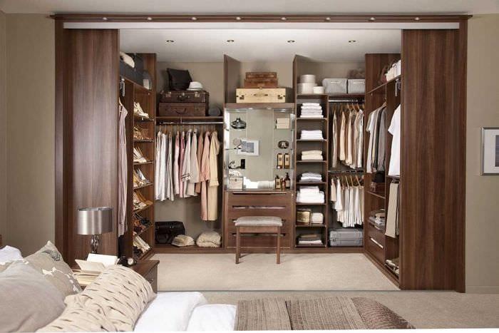 идея необычного интерьера гардеробной комнаты